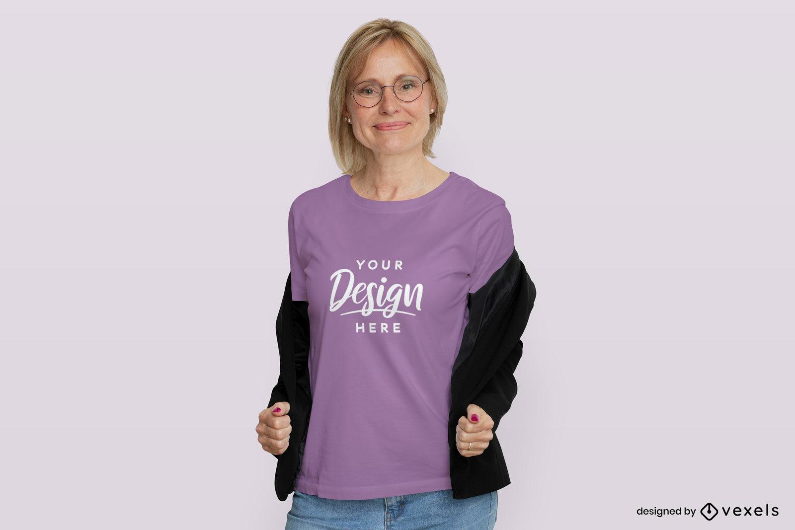 Mujer en camiseta morada y maqueta de chaqueta