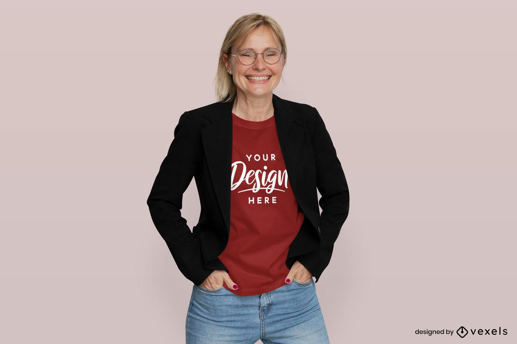 Mujer de maqueta de camiseta roja en chaqueta