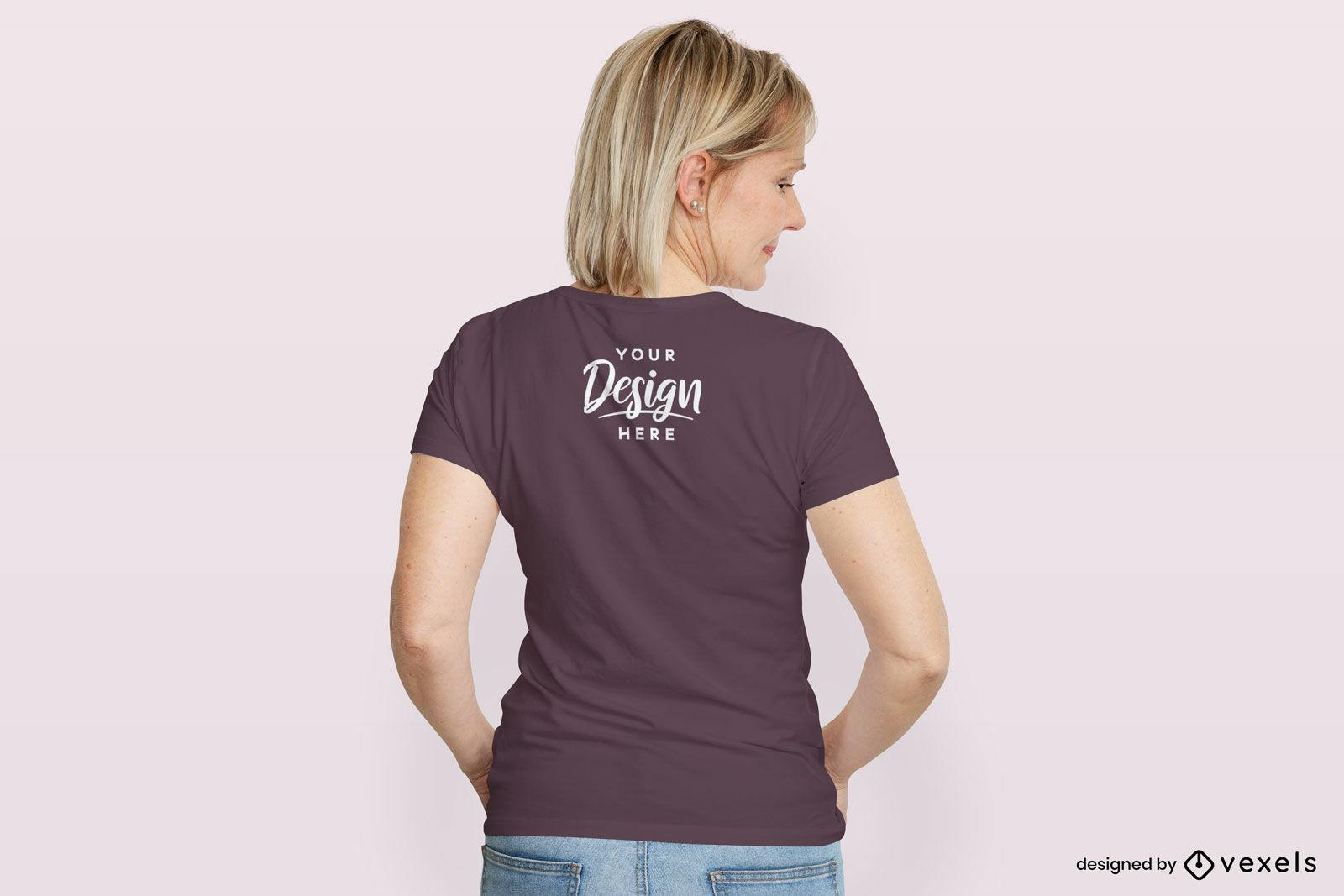 Mujer en maqueta de espalda de camiseta morada