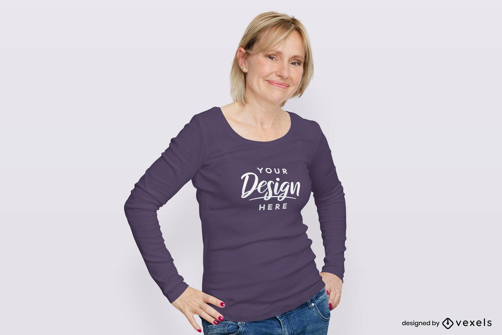 Mujer en maqueta de fondo plano de camiseta de manga larga p?rpura