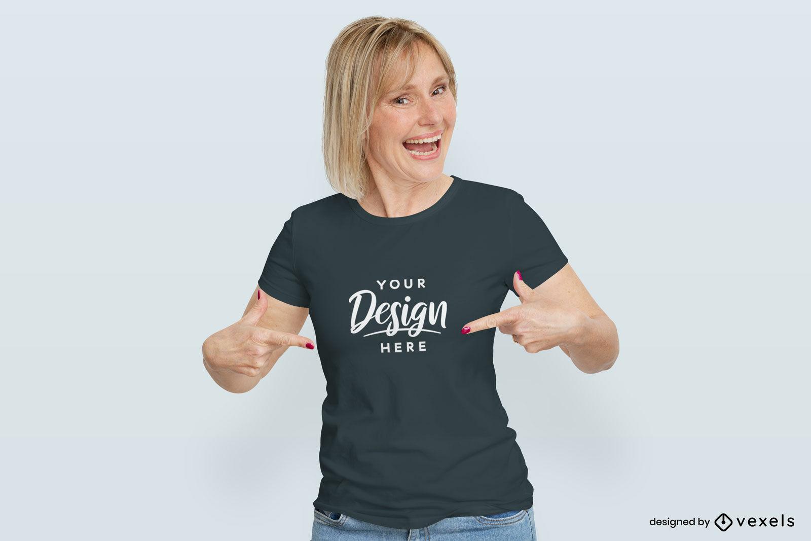 Mujer en maqueta de camiseta oscura