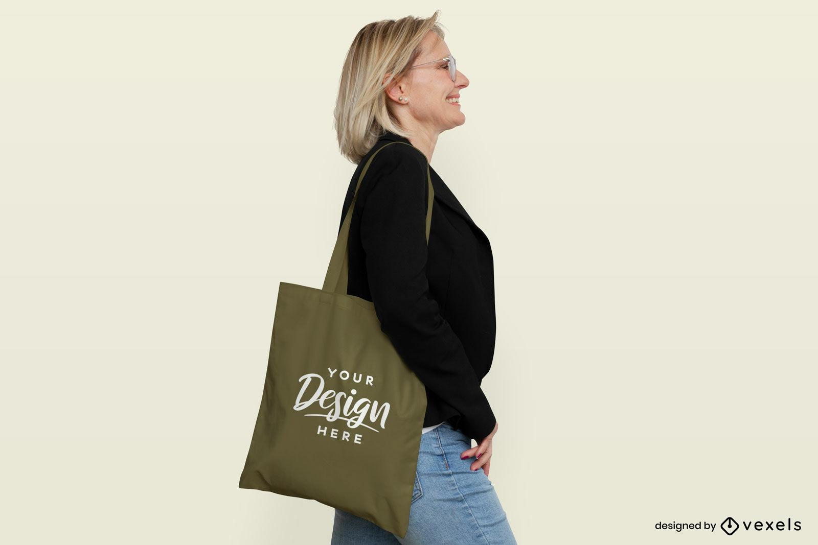 Mujer con fondo plano de maqueta de bolso verde