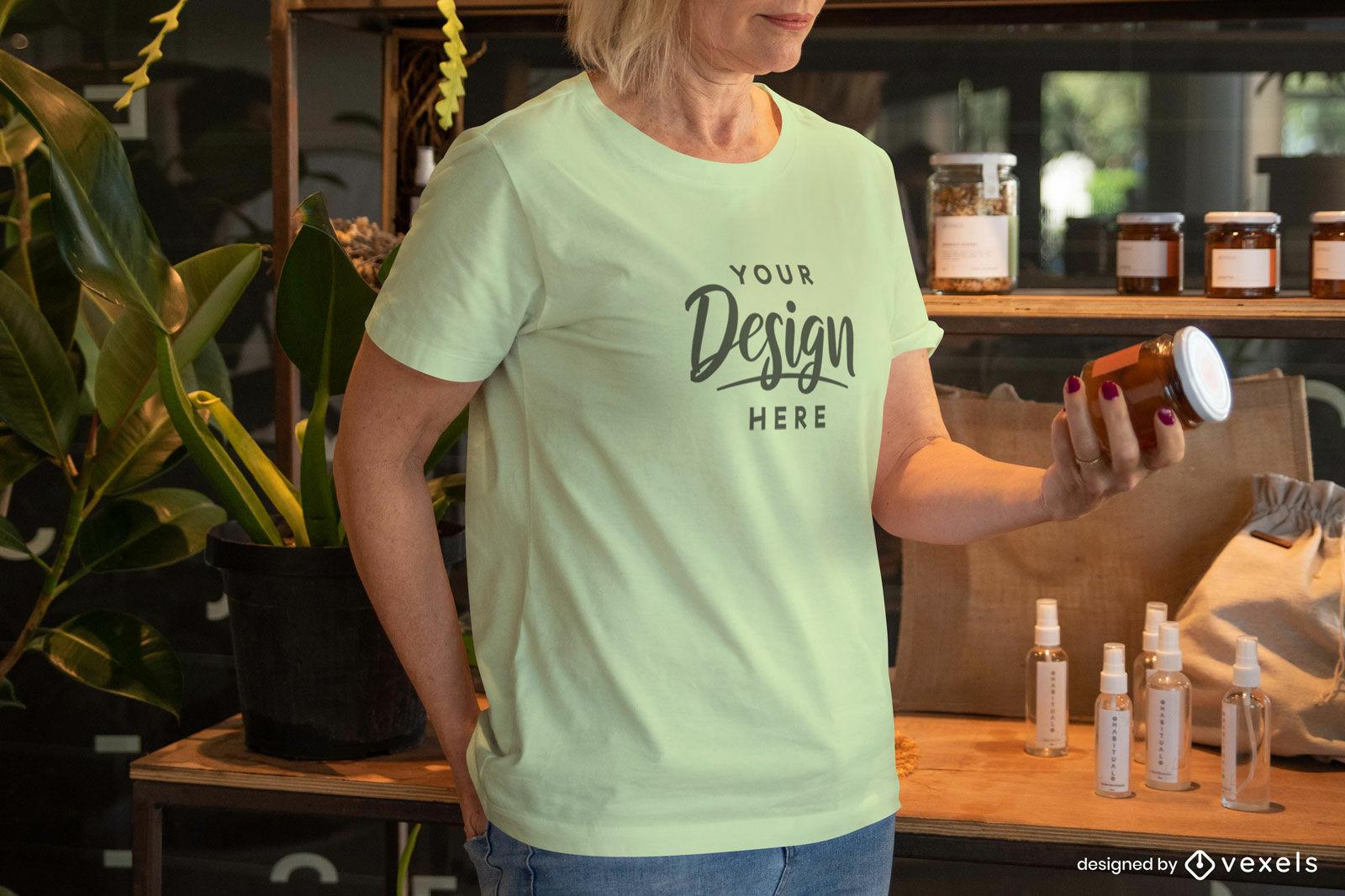 Mujer en maqueta de camiseta amarillo-verde
