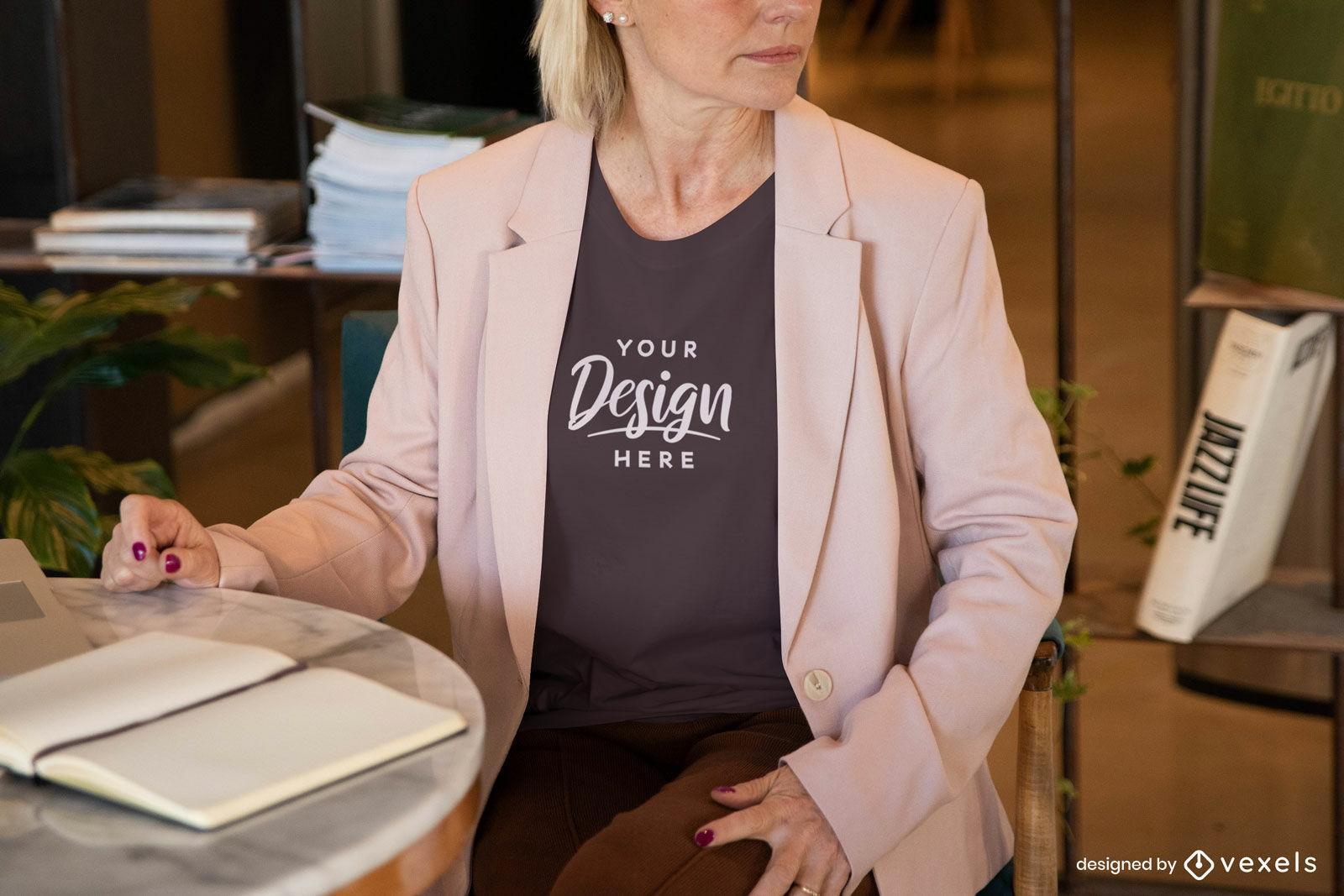 Mujer en camiseta negra y maqueta de blazer