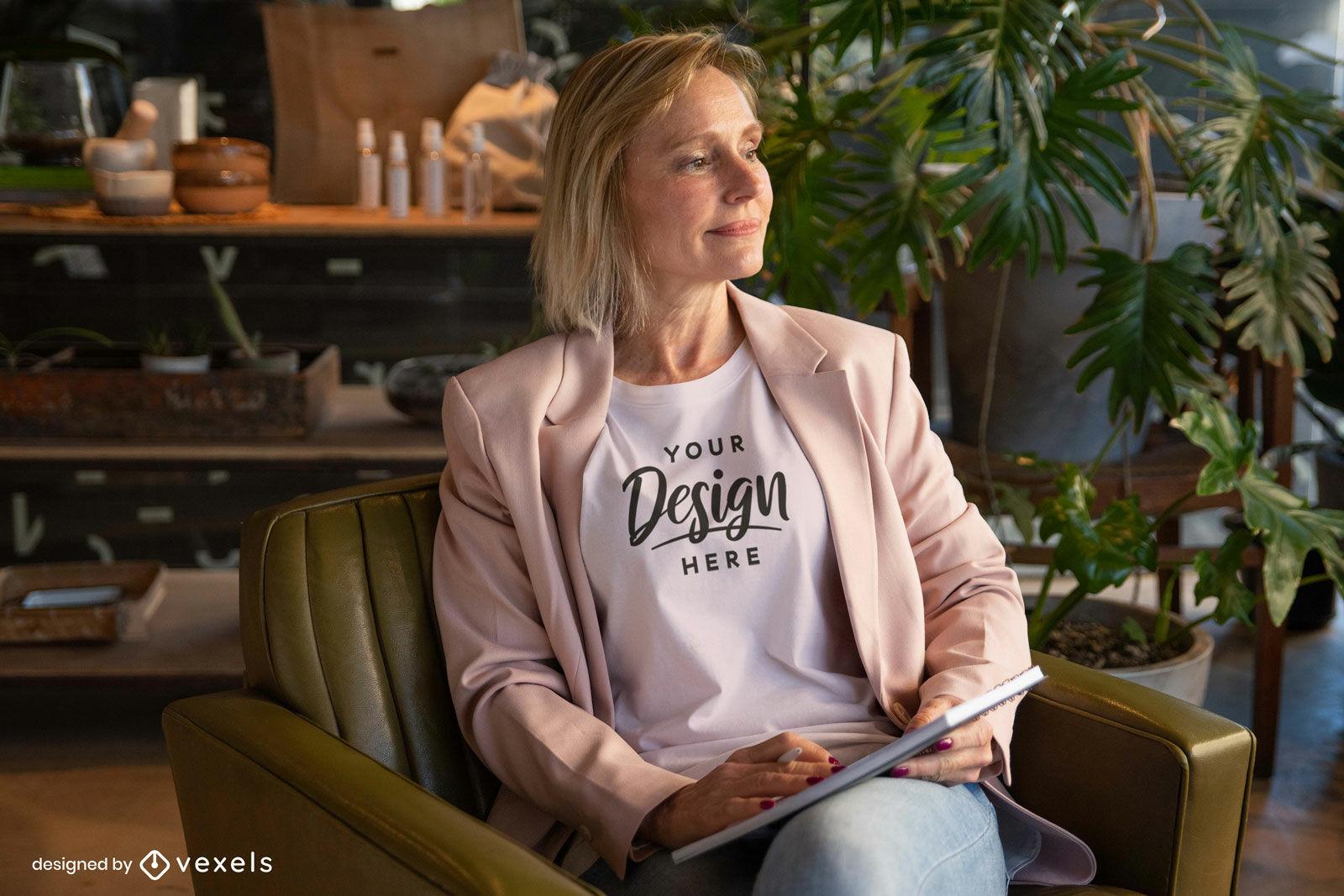 Maquete de camiseta branca de mulher na sala com plantas