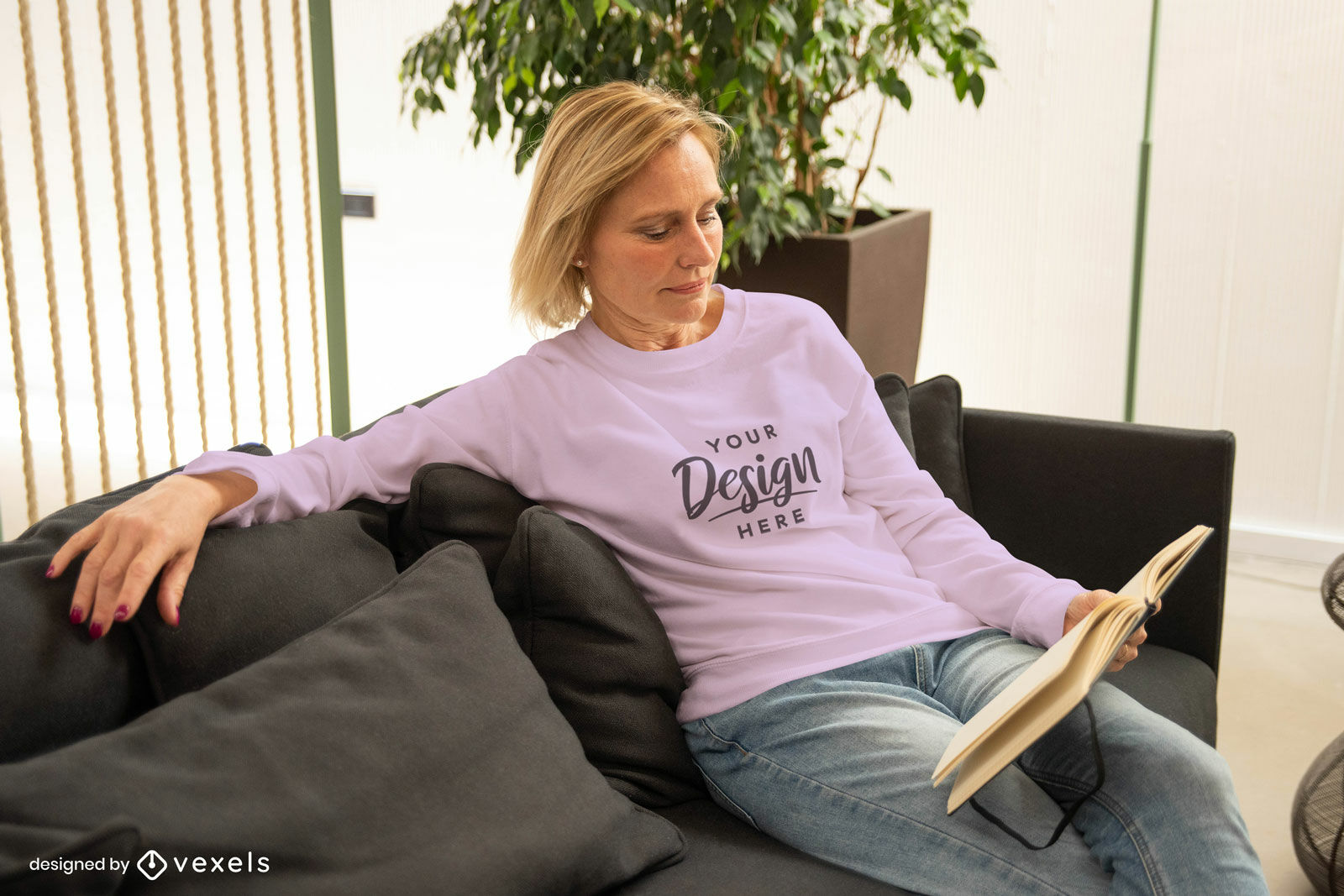 Frau im rosa Sweatshirtmodell im Wohnzimmer