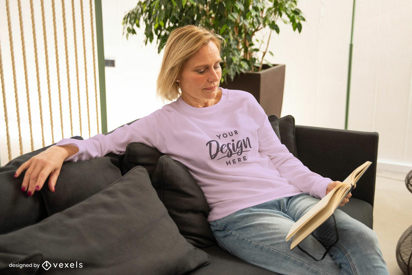 Mujer en maqueta de sudadera rosa en sala de estar