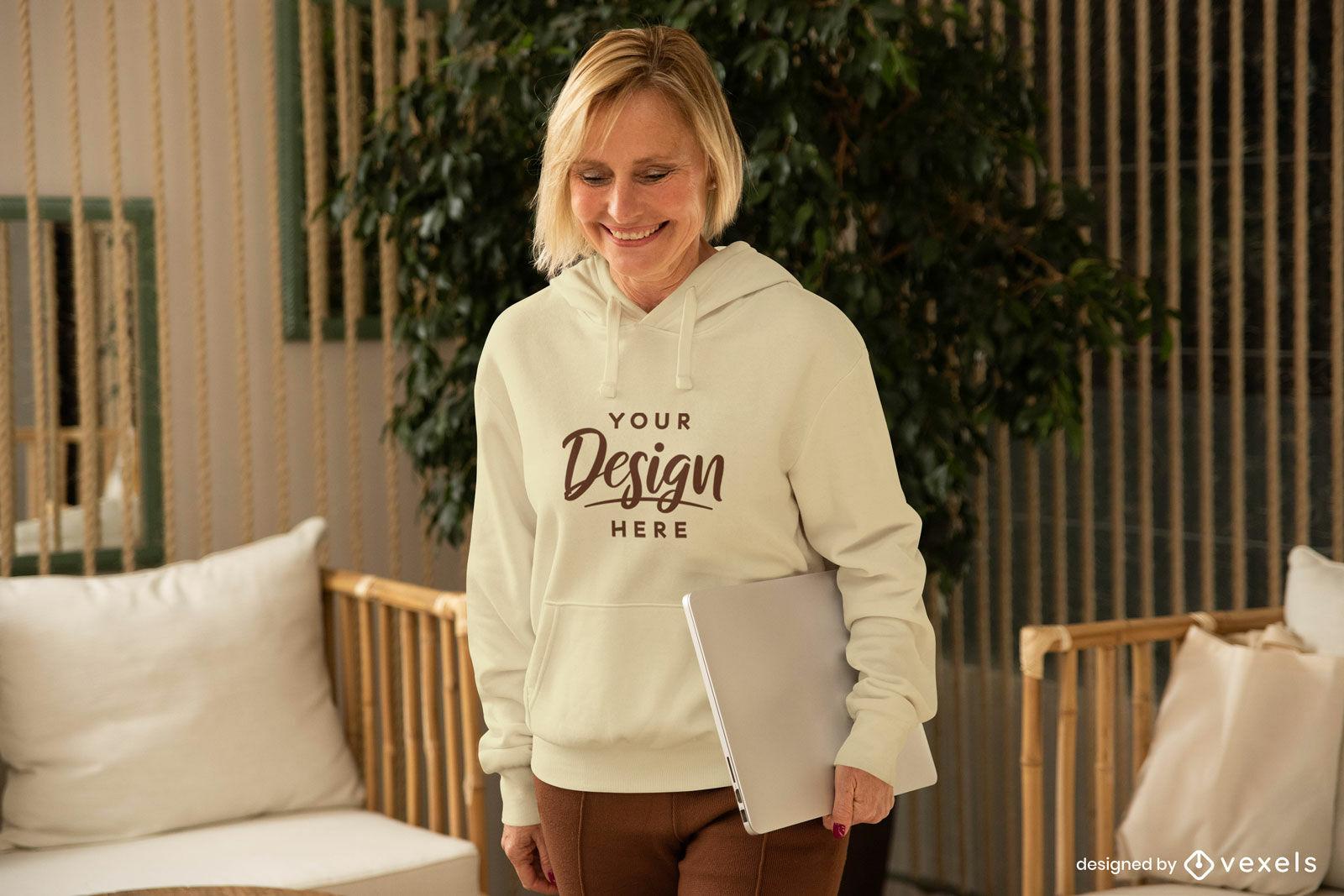 Mujer en sudadera con capucha blanca en maqueta de sala de estar