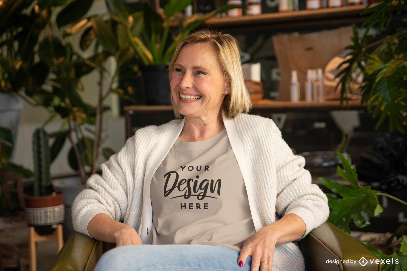Frau im beigen T-Shirt im Couchmodell