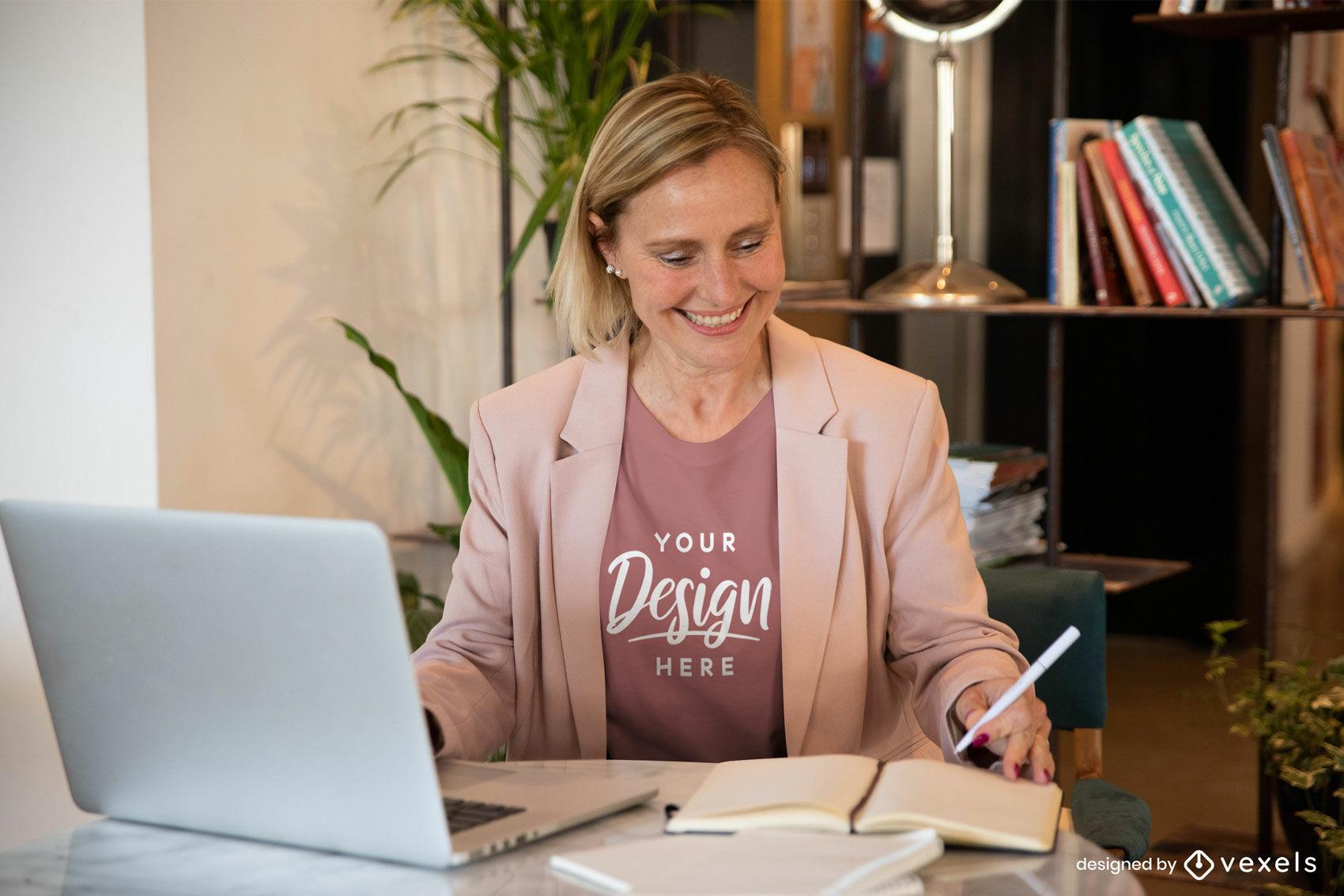 Mujer en la oficina en maqueta de camiseta rosa