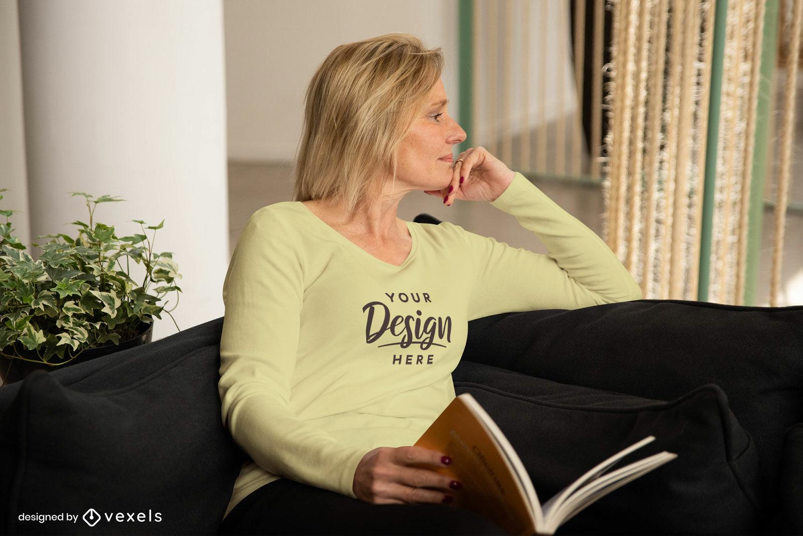 Mujer en camiseta amarilla de manga larga sentada maqueta