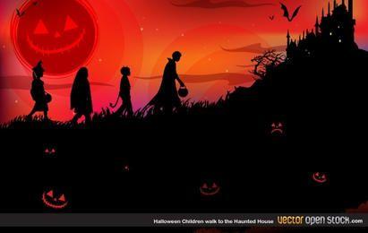 Los niños de Halloween caminan a la casa encantada.