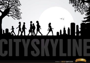 Skyline de la ciudad con gente caminando