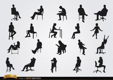 Pessoas sentadas em silhuetas de cadeiras