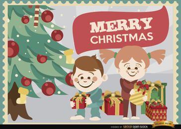 Niños abriendo fondo de regalos de Navidad