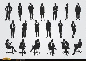 De pie sentado hombres mujeres ejecutivas